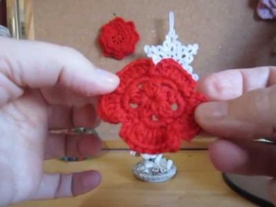 Flor pequeña de crochet para gorro y bufanda.