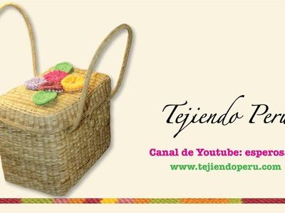 Canasta con aplicación de flores yoyo tejidas a crochet