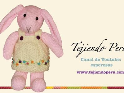 Conejos tejidos en dos agujas o palillos: vestido de la coneja adornado con flores o rosas rococó