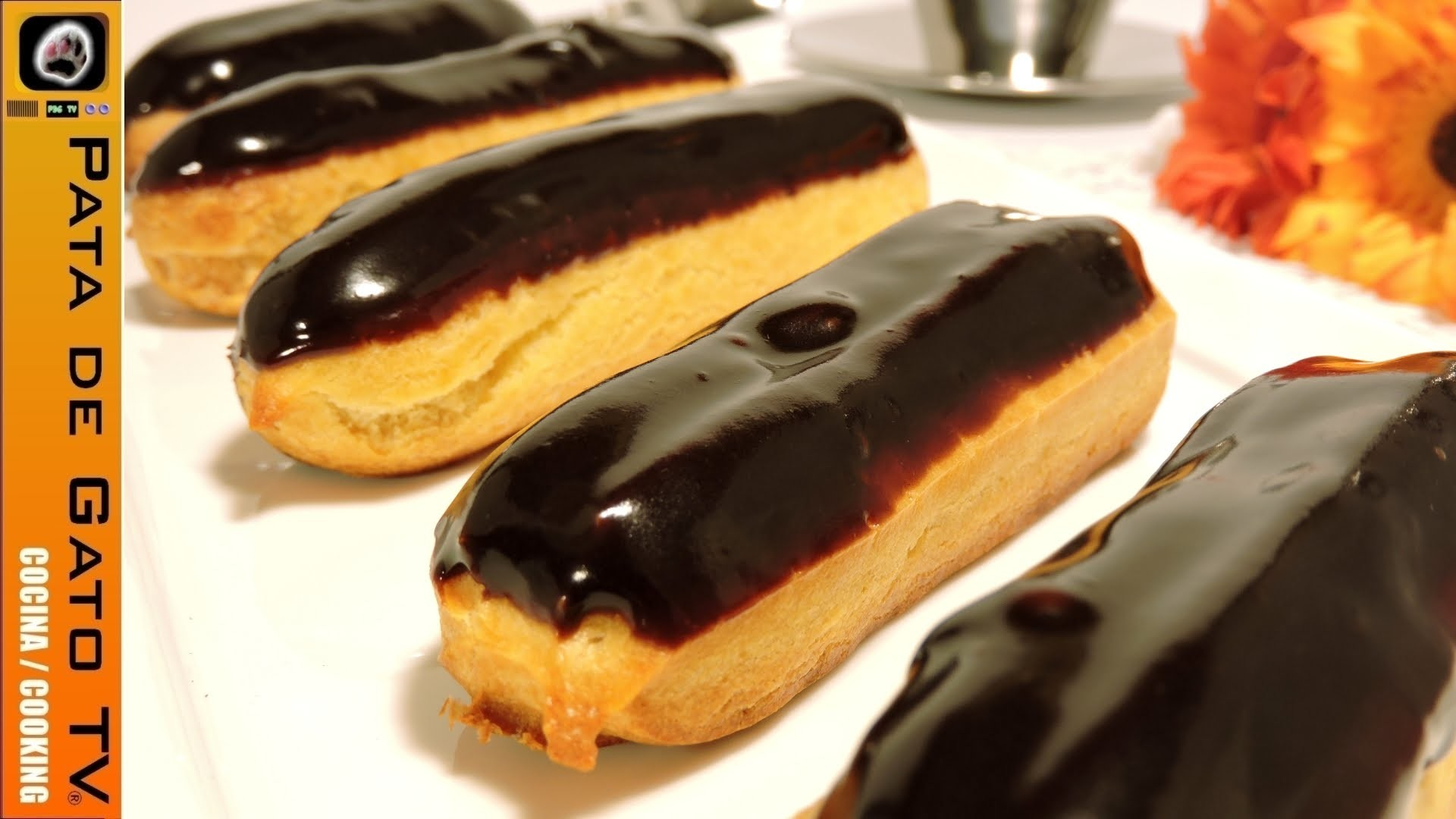 Éclairs rellenos de crema pastelera. Éclairs filled with pastry custard