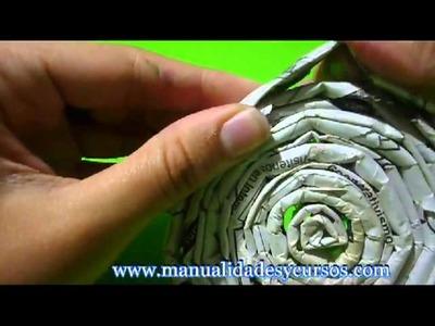 Como hacer colgante con papel de diario y flores en goma eva