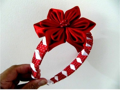 Flores rojas en diademas trenzadas con relieves en cintas para el cabello