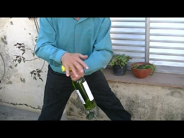 Como cortar una botella (solo con las manos)  How to cut a bottle (single-handed)