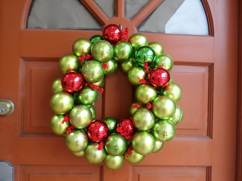 DIY Corona de esferas para Navidad.DIY Christmas ornament wreath