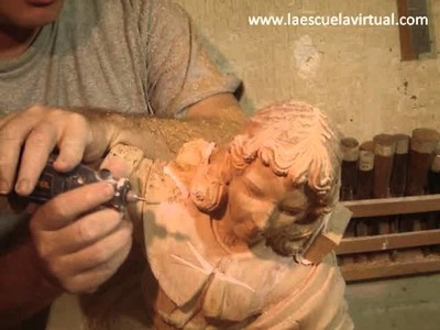 Uso de herramienta electrica en talla de madera