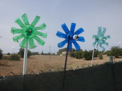 Molinillo de viento reciclando botella de agua