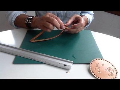 Como hacer una pulsera de cuero de dos tiras.