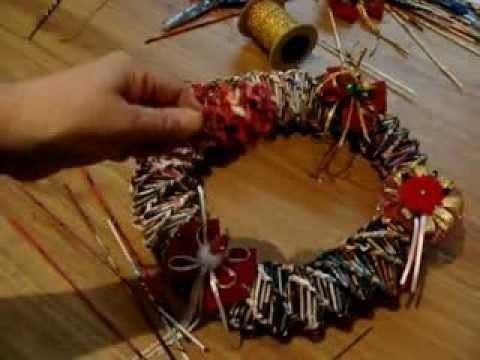 Corona de navidad con hojas de revista. Christmas wreath with leaves magazine.
