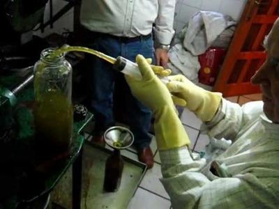 Elaboración artesana de aceite. La fábrica de aceite más pequeña del mundo. Manolo El Sereno.