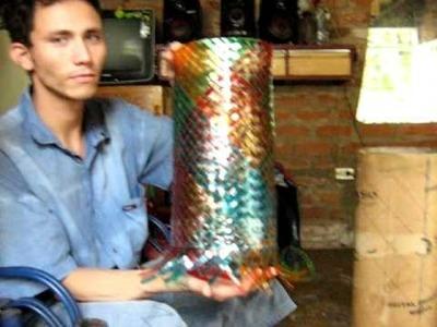 FLORERO DE BOTELLAS PLASTICAS, VASE OF PLASTIC BOTTLES, UN FLEURISTE DE BOUTEILLES PLASTIQUES.