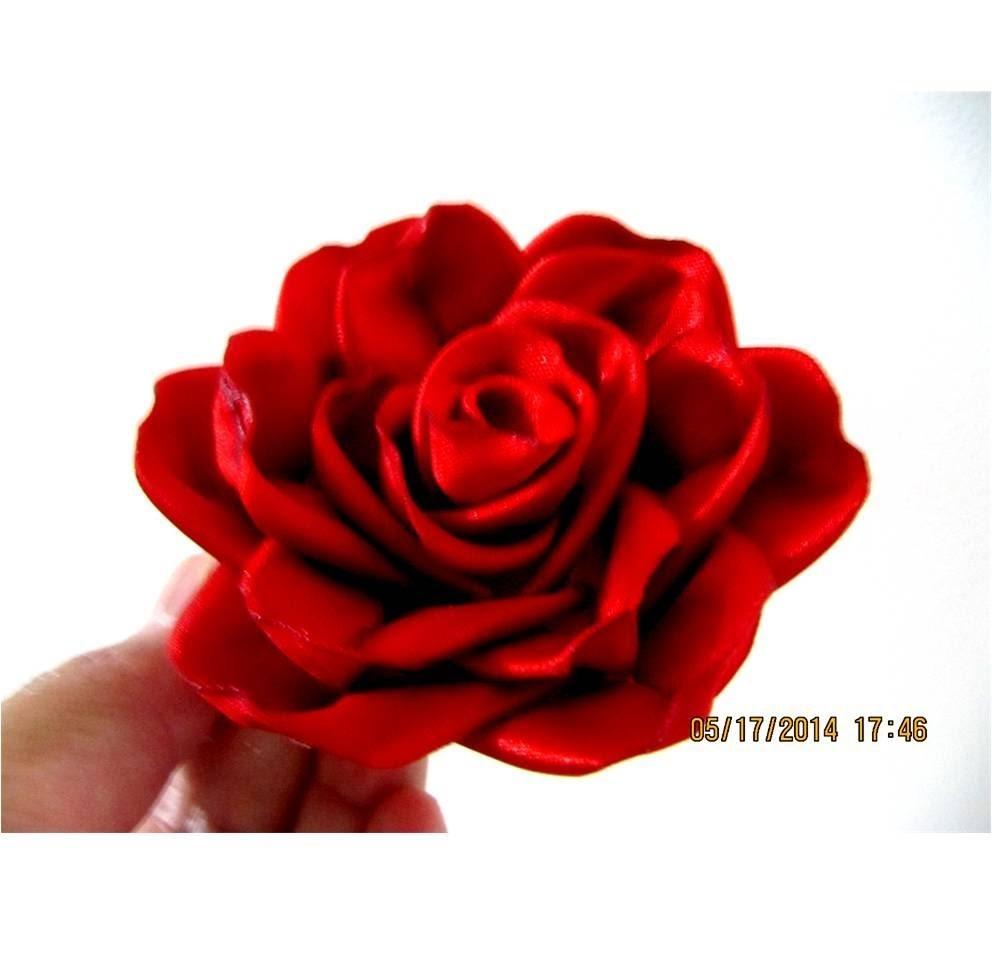 Flores red roses in ribbons en cintas para el cabello - vídeo en HD