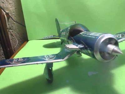 Avión hecho con latas de cerveza