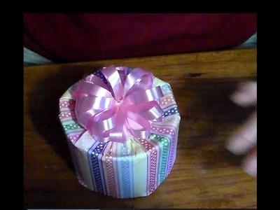 Como envolver una caja redonda para regalo. How to wrap a gift box round.