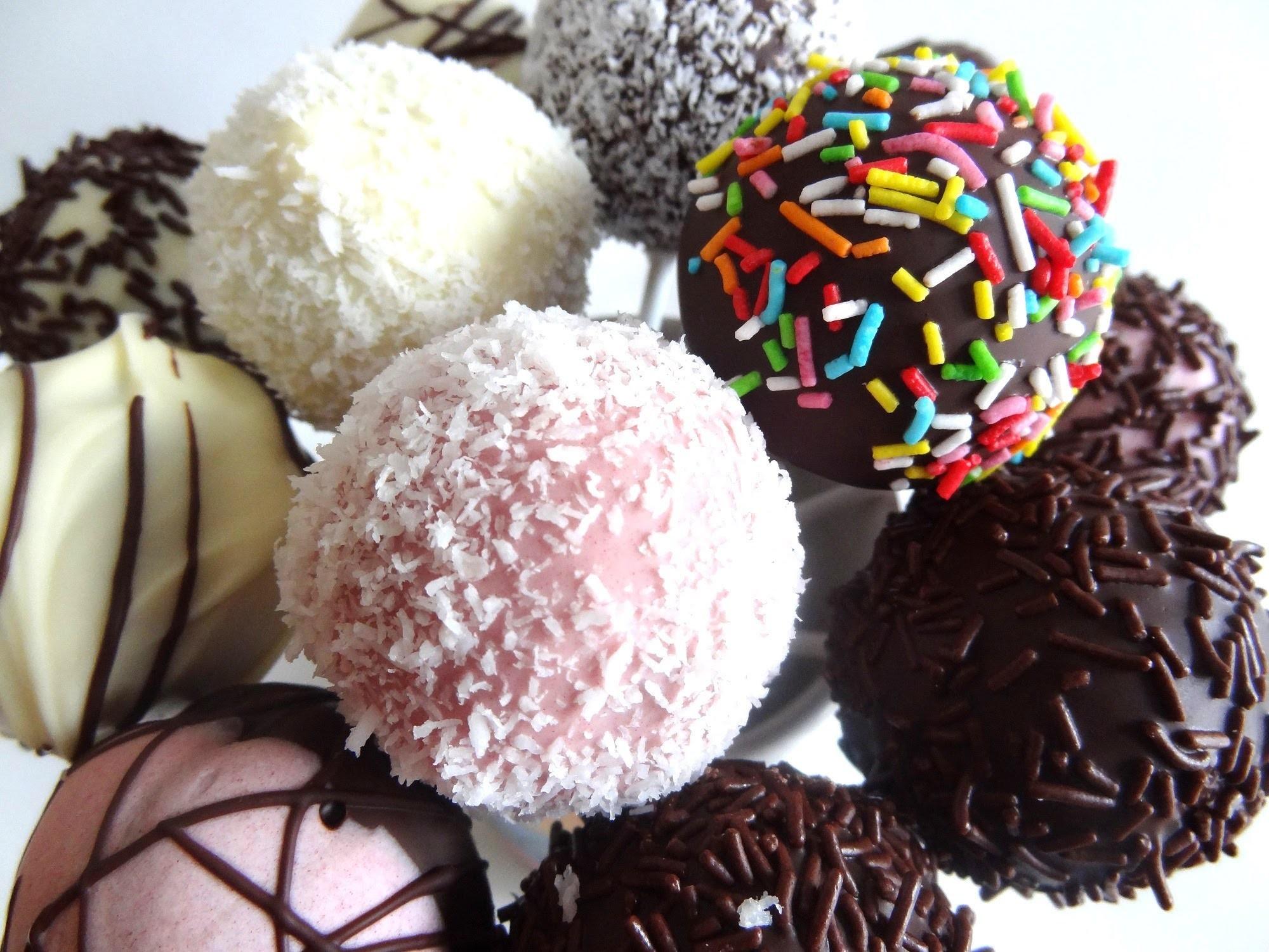 Receta: Cake Pops de chocolate y vainilla con cobertura y toppings