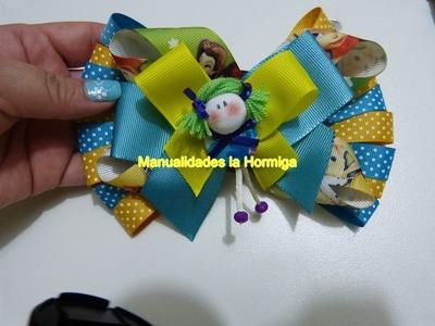 DIY como hacer moños en cinta de tela con apliques de muñecas miniatura.