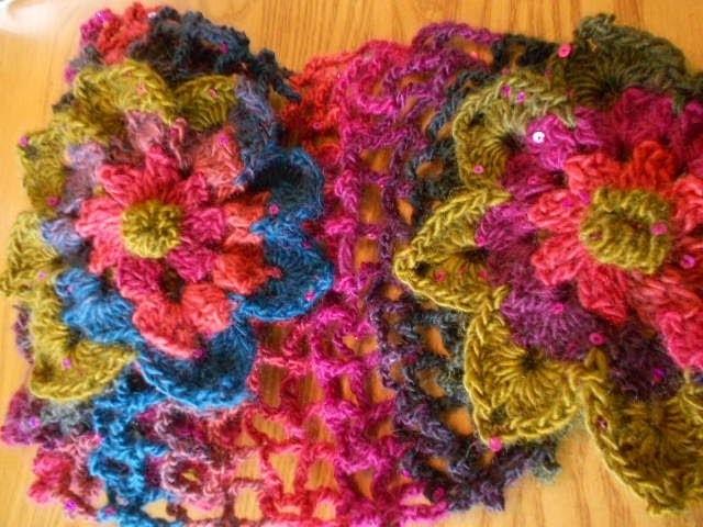 Una red en bufanda con flores o mariposas facil