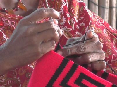 Videos etnográficos de Colombia  Mujer Wayúu tejiendo mochila