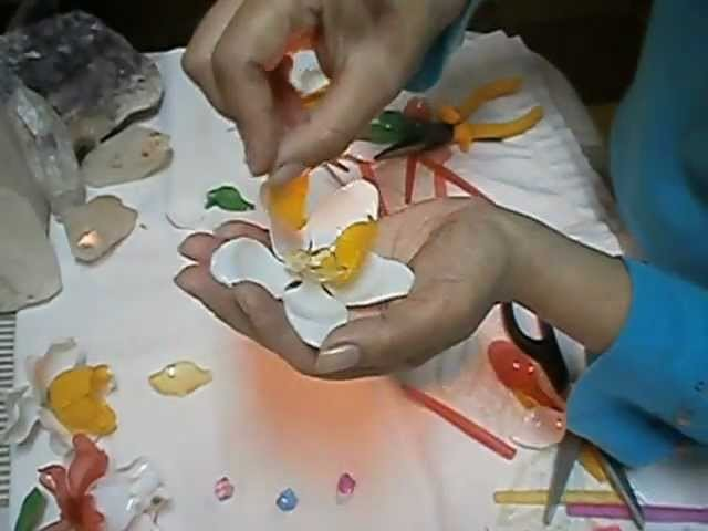Como hacer flores con cucharitas de plástico