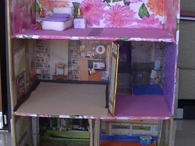 Casa de muñecas en caja de cartón