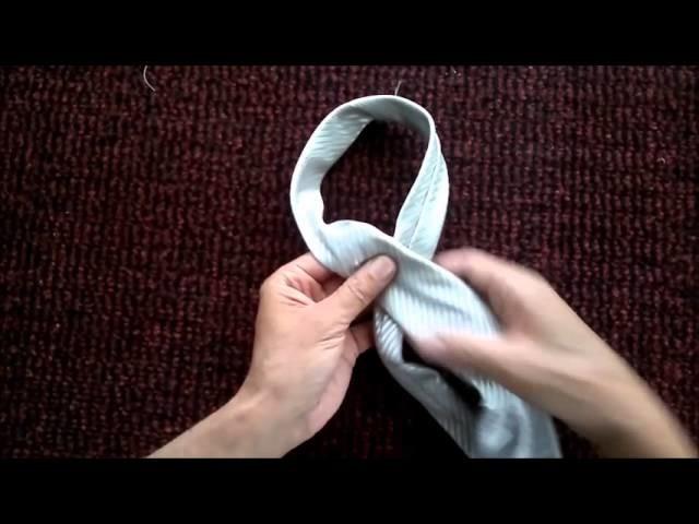 Hacer Nudo de corbata. Make a tie knot.
