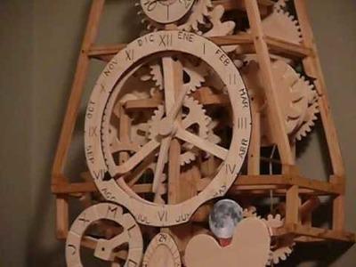 Reloj mecanico artesanal de madera con calendario y fases lunares