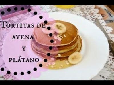Delicioso desayuno.merienda de tortitas de avena y plátano