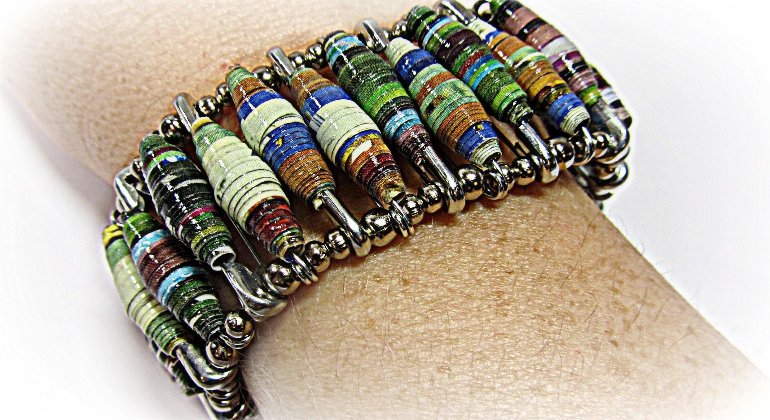 Pulsera hecha con revistas. Magazine bracelet.