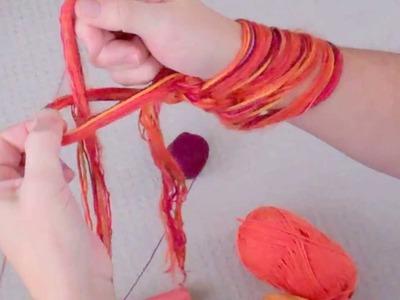 Tejiendo bufanda infinita con los brazos