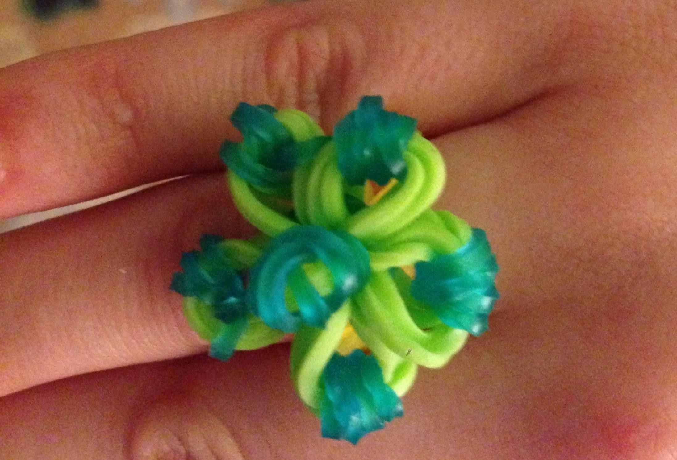 Cómo hacer un anillo de gomitas o ligas. Rainbow Loom ring