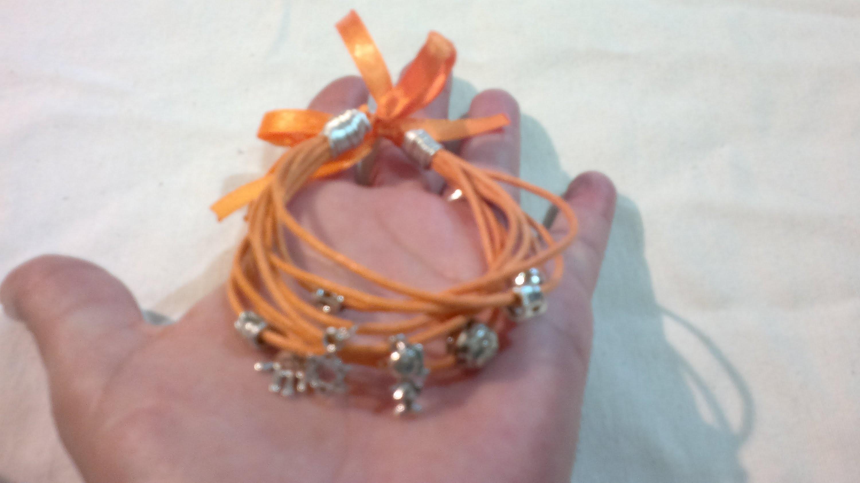 DIY: Como hacer pulsera brazalete con cordón y colgantes ( facil )