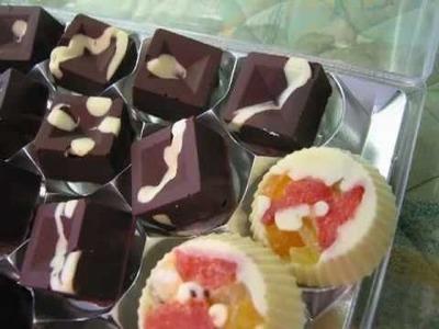 Bombones caseros de chocolate y frutas deshidratadas