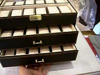 Caja para guardar relojes de 48unid con perfecto acabado y varios departamentos.