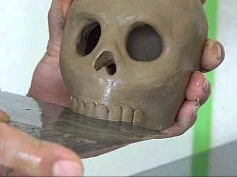 Como hacer una tradicional calavera de barro mexicana (How to make a traditional Mexican clay skull)