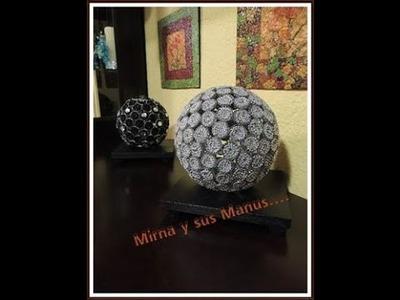 Esfera decorativa reciclando. .  Recycling idea