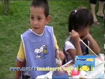 Niños pintando y jugando