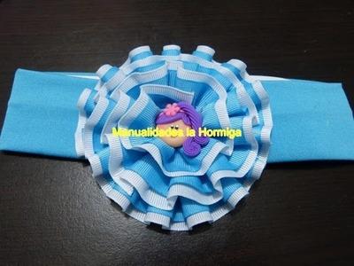 Moños rosetones en cintas con dobleces.