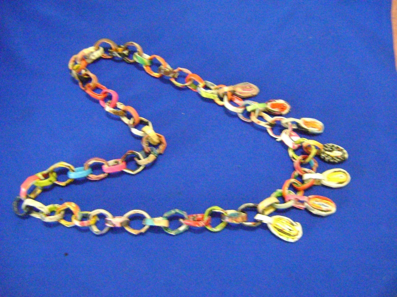 Collar con hojas de revista. Necklace with leaves Magazine
