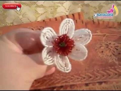 Opción Flor exótica blanca y roja de chaquiras. mostacillas