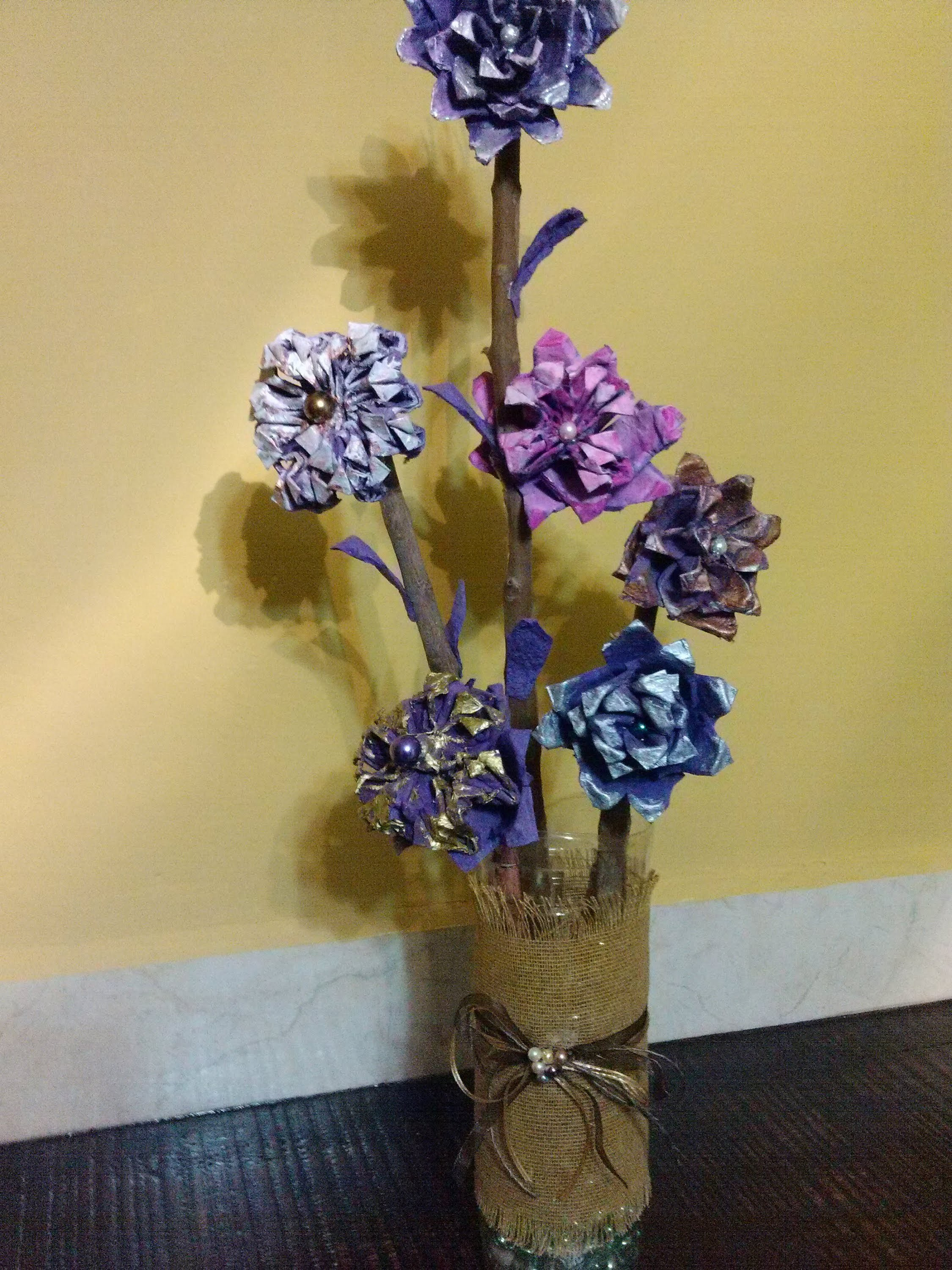 DIY Arreglo hecho con flores de cartón de huevo.Flower arrangement made with egg carton flowers