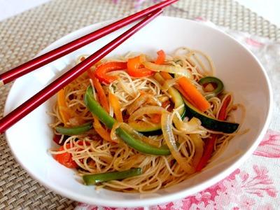 Wok de fideos de arroz chinos con verduras salteadas (Noodles veganos)