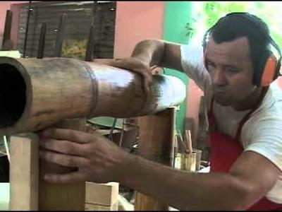 Guillermo Rodríguez artista cubano hace muebles con bambú en San José de las Lajas.Cuba.