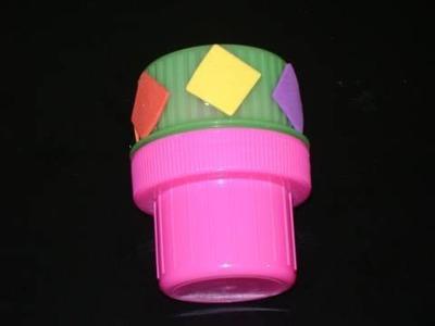 Manualidades de reciclaje: coloridas maracas con tapas de detergente