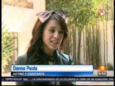 Danna paola muestra su invitacion de XV años