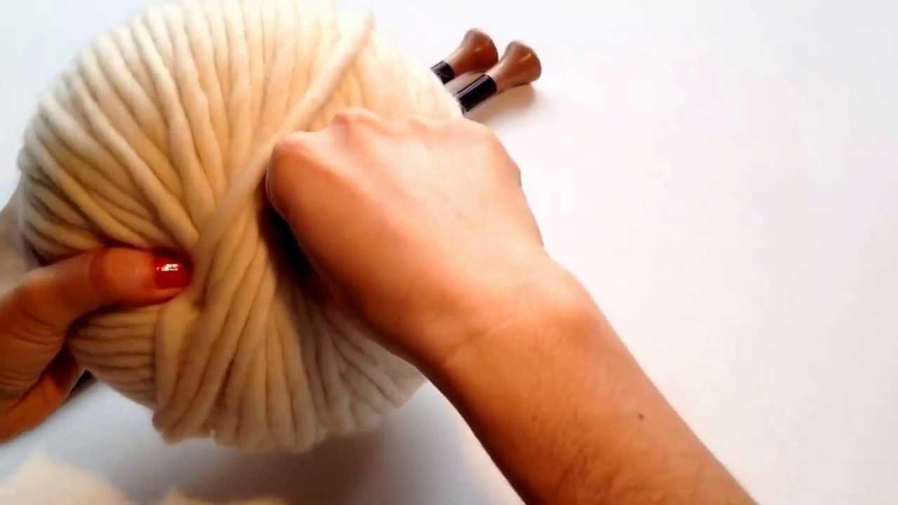 Empezar ovillo, buscar hilo empezar a tejer lana. Yarn