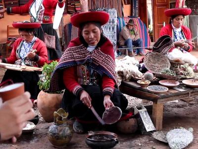 Demostración de cómo se trabaja la lana de oveja (Chinchero- Cusco)