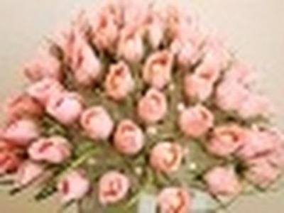 Areglo de flores de rosas con bombones, manualidades hacer rosas de bombones
