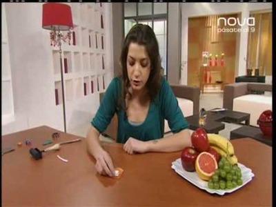Silvia Mijangos realiza un broche con motivos frutales con arcilla polimérica