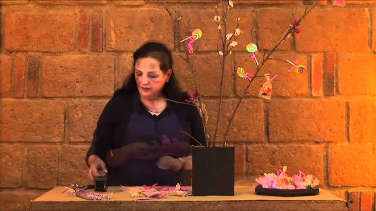 Cómo hacer un arreglo en forma de árbol con paletas para fiesta de princesa