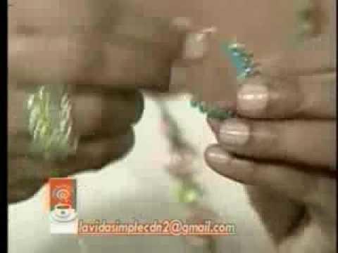 """Cristina Soriano en  el programa televisivo """"La Vida Simple"""" haciendo anillos de abalorios 1 de 2"""