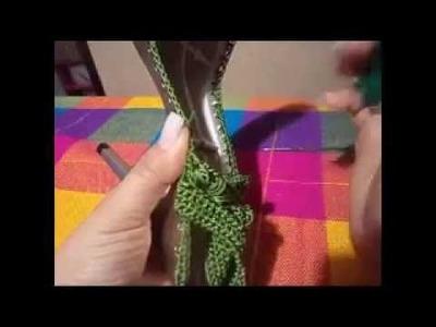Zapatilla tejida en crochet tricolor